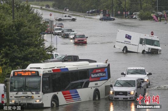 当地时间2019年9月19日,美国得克萨斯州休斯顿,当地遭暴雨袭击,街道积水。 受热带风暴Imelda影响,得克萨斯州东南部近日大雨磅礴,令两年前深受哈维飓风之苦的休斯敦及其附近地区再受洪水之害,众多民居被淹。 图片来源:视觉中国