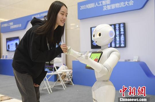 9月19日,参会嘉宾与机器人交流。当日,2019网投APP人工智能及智慧物流大会在山东临沂举行,来自全国500多位人工智能和物流领域的专家学者与会。<a target='_blank' href='http://soyew.com/'>中新社</a>记者 张勇 摄