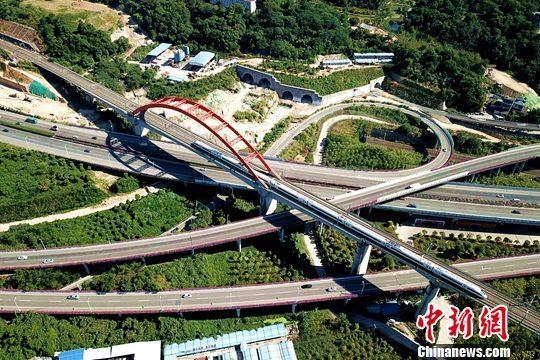 9月19日,空中航拍福州境内飞驰而过的动车。近年来,福建高铁高速发展,极大方便了民众出行。中新社记者 王东明 摄