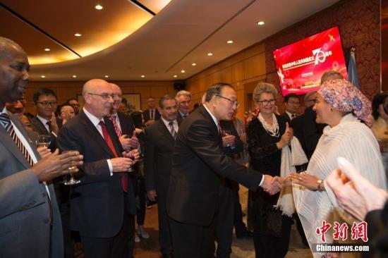当地时间9月20日,中国常驻联合国代表团在纽约举行中华人民共和国成立70周年招待会。图为中国常驻联合国代表张军与联合国常务副秘书长阿明娜交流。 /p中新社记者 廖攀 摄