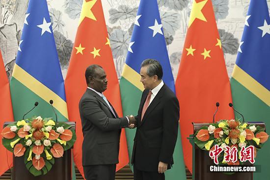 9月21日,中国国务委员兼外交部长王毅同所罗门群岛外长马内莱在北京举行会谈并签署《中华人民共和国和所罗门群岛关于建立外交关系的联合公报》。 中新社记者 盛佳鹏 摄