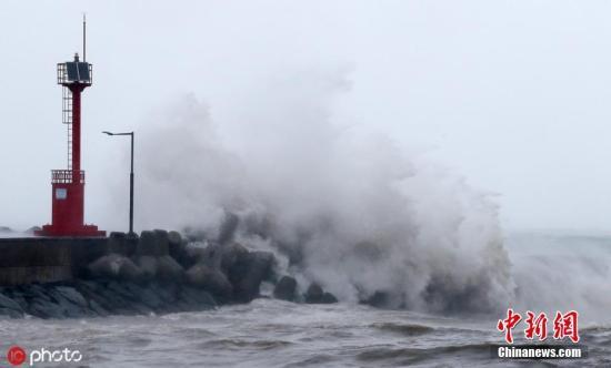 """资料图:当地时间9月22日,2019年第17号台风""""塔巴""""于当日早晨登陆韩国,狂风掀起,巨浪拍岸,海面波涛汹涌。图片来源:ICphoto"""