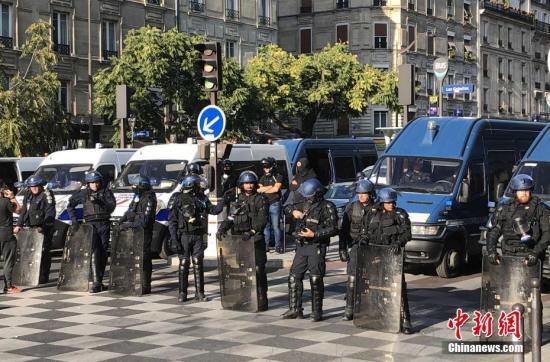 资料图:防暴警察在巴黎市中心严密戒备。<a target='_blank' href='http://www.chinanews.com/'>中新社</a>记者 李洋 摄