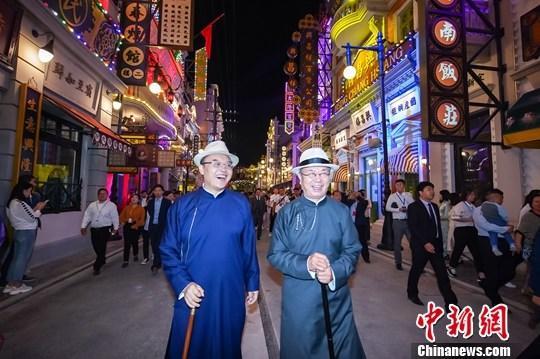 图为9月21日早,旅客走正在片子小镇陌头。a target='_blank' href='http://www.chinanews.com/'中新社/a记者 董飞 摄