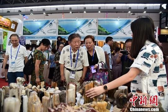 9月22日,在廣西南寧市舉行的第十六屆中國—東盟博覽會上,印尼展館展出的木化石吸引參觀者,前來觀賞、詢價和購買的觀眾絡繹不絕。中新社記者 王以照 攝