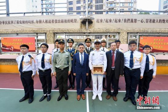 校方向仪仗队官兵致送纪念品。中新社记者 李志华 摄