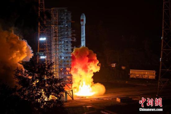"""北京时间9月23日5时10分,中国在西昌卫星发射中心用长征三号乙运载火箭及配套远征一号上面级,以""""一箭双星""""方式成功发射第47、48颗北斗导航卫星。 郭超凯/文 张文军/摄"""