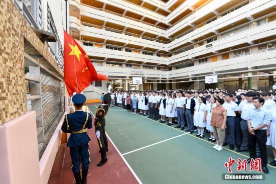 9月23日,中国人民解放军驻香港部队仪仗队官兵到香港培侨中学,为该校举行升旗礼,迎接中华人民共和国成立70周年。 中新社记者 李志华 摄