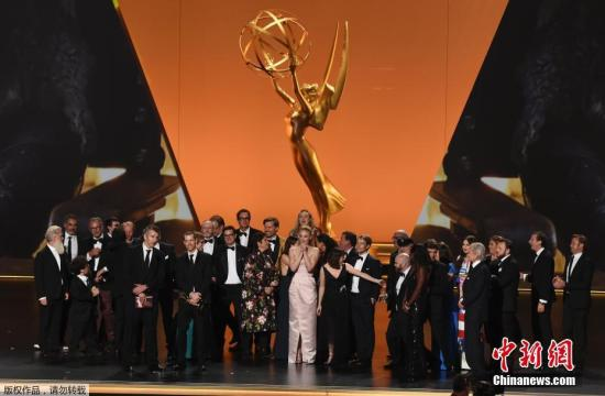 """当地时间2019年9月22日,第71届美国电视艾美奖颁奖礼在洛杉矶举?#23567;!?#26435;力的游戏》最终季拿下剧情类最大奖——最佳剧集,""""小恶魔""""彼特·丁拉基8次提名又中奖。"""