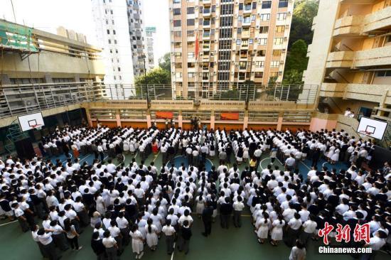 全体师生向國旗行注目礼。 中新社记者 李志华 摄