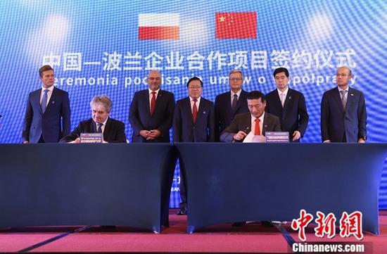 9月22日,第16届中国—东盟博览会、中国—东盟商务与投资峰会框架下的波兰国家推介会及中国—波兰企业家圆桌会,在广西南宁举行。本届展会特邀波兰担任合作伙伴,这是欧洲国家首次出任东博会特邀合作伙伴。图为中国-波兰企业合作项目签约仪式。中新社发 张维嘉 摄