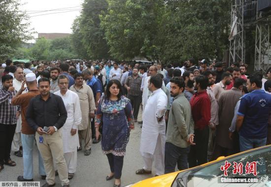 当地时间9月24日,巴基斯坦首都伊斯兰堡及东部旁遮普省发生里氏5.8级强烈地震,人们跑出大楼聚集在空旷地带避险。