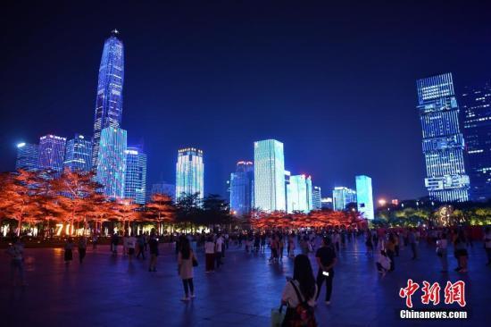 资料图:灯光秀在深圳中心区上演。中新社记者 陈文 摄