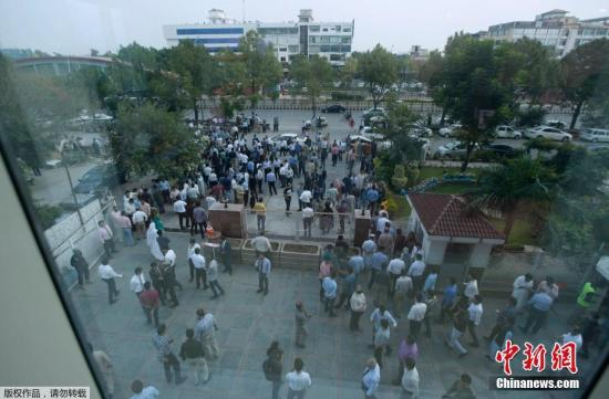 本地工夫9月24日,巴基斯坦都城伊斯兰堡及东部旁遮普省发作里氏5.8级激烈地动,人们跑出年夜楼会萃正在空阔天带躲险。