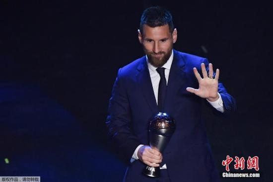 资料图:不久前,梅西刚刚击败范戴克和C罗,成功当选FIFA国际足联年度最佳男足运动员。这也是梅西第六次当选世界足球先生,成为历史第一人。
