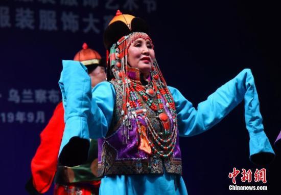 资料图:蒙古族部落的传统蒙古族大发棋牌红黑服装 服饰。<a target='_blank' href='http://sanli668.com/'>中新社</a>记者 张玮 摄