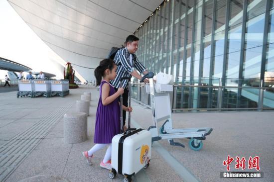 9月25日,北京大兴国际机场正式投入运营,旅客推行李箱走入候机楼。<a target='_blank' href='http://www.yxdf.net/'>中新社</a>记者 贾天勇 摄