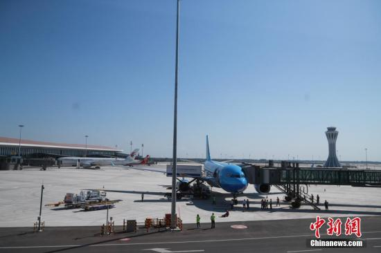 材料图:北京年夜兴国际机场停机坪。a target='_blank' href='http://www.chinanews.com/'中新社/a记者 贾天怯 摄