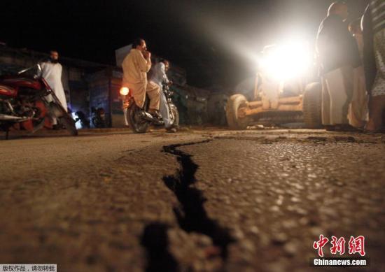 巴国度地动监测中间民员道,地动发作正在本地工夫24日16时01分(北京工夫19时01分),震级为5.8级,震源深度10千米。震中位于距巴基斯坦都城伊斯兰堡西北119千米处的杰赫勒姆。图为地动后,空中呈现的裂痕。