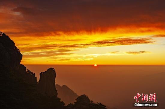 黄山日出,光辉万丈。圆坐华 摄
