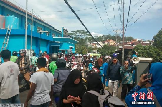 北京时间26日上午7时46分许,印尼马鲁古群岛外海发生6.5级地震,震中在马鲁古省安汶东北外海约37公里处,震源深度为18.2公里。图为大批民众走上街头避险。