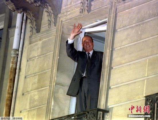 材料图:1995年5月7日,新被选法国总统的希推克正在阳台背撑持者挥脚请安。
