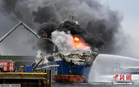"""挪威播送公司此前报导称,警圆正在本地工夫25日10面59分接到火警报警。从网上宣布的照片可睹,""""海湾骑脚""""号脱网渔船得水。今朝,起水缘故原由借没有得而知。"""