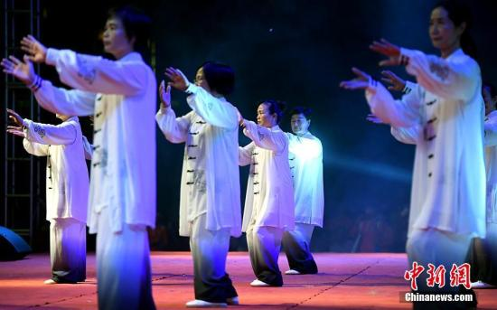 """资料图:""""客家祖地""""福建省上杭县举行客家武林大会,武术爱好者在表演太极拳。 张斌 摄"""