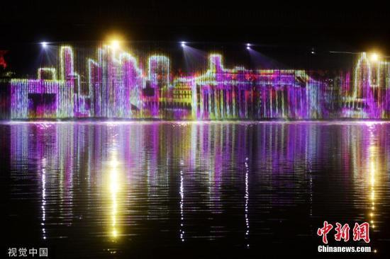 2019年9月26日早,北京,年夜运河灯光秀正在通州正式演出,献礼中华群众共战国建立70周年。 笔墨滥觞:北京青年报 图片滥觞:视觉中国