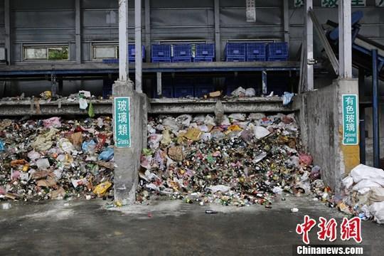 台湾街头很少有垃圾桶,却未见垃圾随处,这时常令外地客疑惑。究其原因,则是成熟的资源回收产业和制度作为保障。<a target='_blank' href='http://www.chinanews.com/'>中新社</a>记者 杨程晨 摄