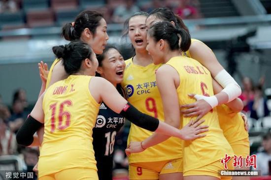 9月28日,女排世界杯展开第十轮较量,中国女排3:0大胜塞尔维亚队,提前一轮实现了卫冕世界杯的壮举。三局比分为25:14,25:21,25:16。这是中国女排第五次获得世界杯冠军,也是她们获得的第十个世界冠军。图片来源:视觉中国