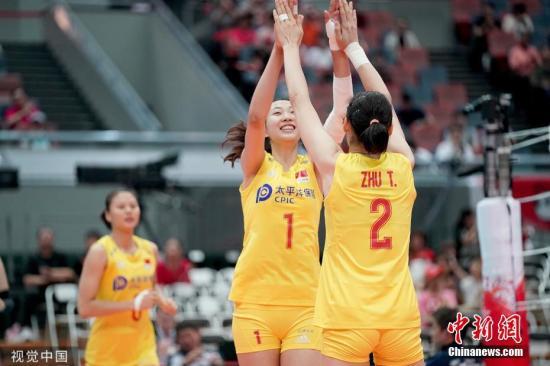 9月28日,女排天下杯睁开第十轮比赛,中国女排3:0年夜胜塞我维亚队,提早一轮完成了卫冕天下杯的豪举。三局比分为25:14,25:21,25:16。那是中国女排第五次得到天下杯冠军,也是她们得到的第十个天下冠军。图片滥觞:视觉中国