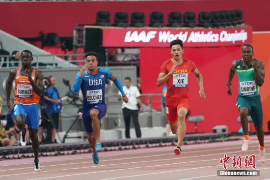 中国选手谢震业(右二)在比赛中。中新社记者 泱波 摄