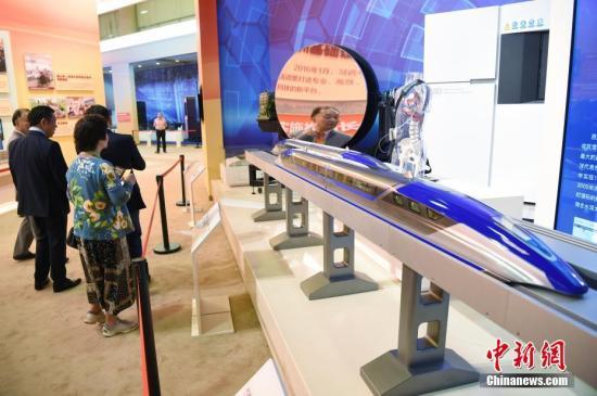 图为侨胞参观磁悬浮列车等新中国尖端技术的模型展示。<a target='_blank' href='http://www.chinanews.com/'>中新社</a>记者 侯宇 摄