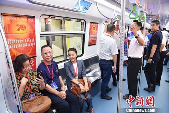 图为深圳社会各界代表乘车体验。/p中新社记者 陈文 摄