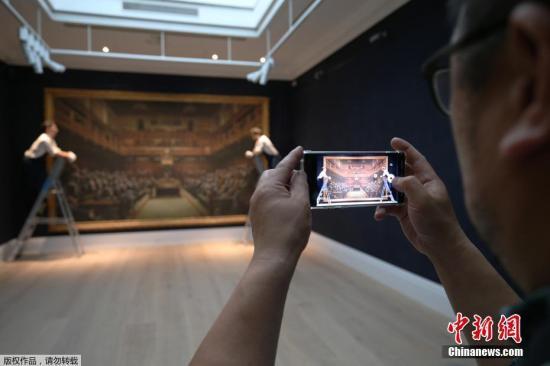 當地時間2019年9月27日,英國倫敦,英國街頭藝術家班克西畫作《黑猩猩下議院》( Devolved Parliament )在蘇富比拍賣行展示。據悉,該畫作將于10月3日進行拍賣,估價為150萬英鎊到200萬英鎊(約合1314萬至1752萬人民幣)之間。