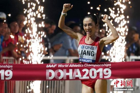当地时间9月29日,中国选手梁瑞在比赛中冲过终点。当日,在卡塔尔多哈举行的2019国际田联世界田径锦标赛女子50公里竞走决赛中,中国选手梁瑞以4小时23分26秒的成绩夺冠。中新社记者 泱波 摄