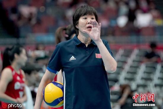 9月29日,女排天下杯进进支民日,曾经提早一轮完成卫冕的中国女排终战3:0完胜阿根廷,,以齐胜战绩染指冠军。自1984年以去,古巴女排战巴西女排曾前后卫冕奥运会冠军。图为中国女排主锻练郎仄。图片滥觞:ICphoto