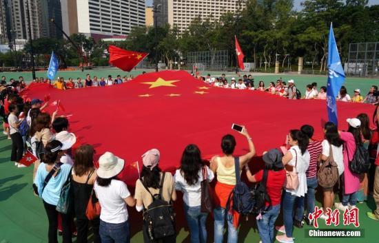 香港市民参加欢度国庆快闪活动。<a target='_blank' href='http://www.nihaopiao.com/'>中新社</a>记者 张炜 摄