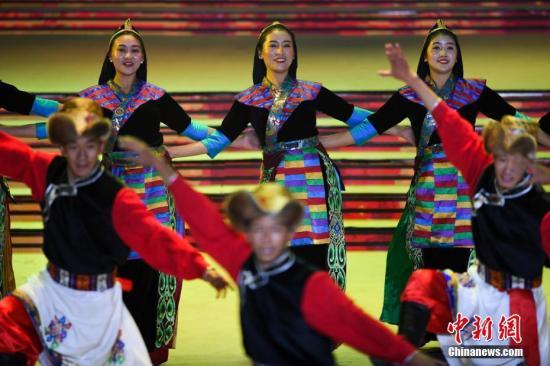 图为西藏农牧民艺人扮演舞蹈《彩色氆氇》。记者 张伟 摄