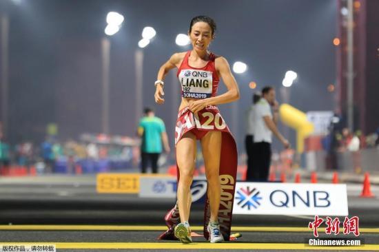 圖為中國選手梁瑞比賽中,最終以4小時23分26秒率先沖過終點、奪得冠軍。