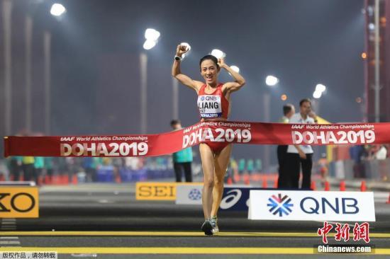 圖為中國選手梁瑞沖過終點,最終以4小時23分26秒率先沖過終點、奪得冠軍。