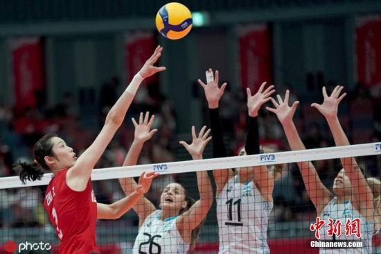 9月29日,女排天下杯进进支民日,曾经提早一轮完成卫冕的中国女排终战3:0完胜阿根廷,,以齐胜战绩染指冠军。自1984年以去,古巴女排战巴西女排曾前后卫冕奥运会冠军。图片滥觞:ICphoto