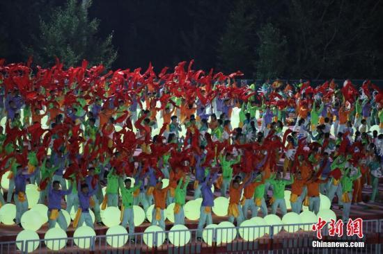 9月29日,2500多名大众演员正在北京昌仄的国庆联悲举动排演园地停止了最初一次练习训练,他们将参与国庆70周年联悲举动的表演。a target='_blank' href='http://www.chinanews.com/'中新社/a记者 蒋启明 摄