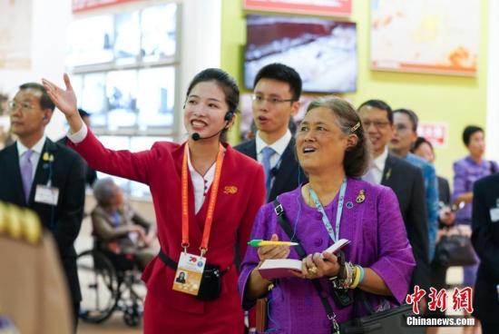 资料图: 玛哈扎克里·诗琳通(右)在北京展览馆参观。记者 张兴龙 摄