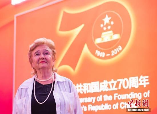 """9月30日,中华人民共和国""""友谊勋章""""获得者、俄中友好协会第一副主席、俄罗斯科学院远东研究所高级研究员加林娜·库利科娃在北京展览馆参观""""伟大历程 辉煌成就——庆祝中华人民共和国成立70周年大型成就展""""。<a target='_blank' href='http://www.chinanews.com/'>中新社</a>记者 侯宇 摄"""