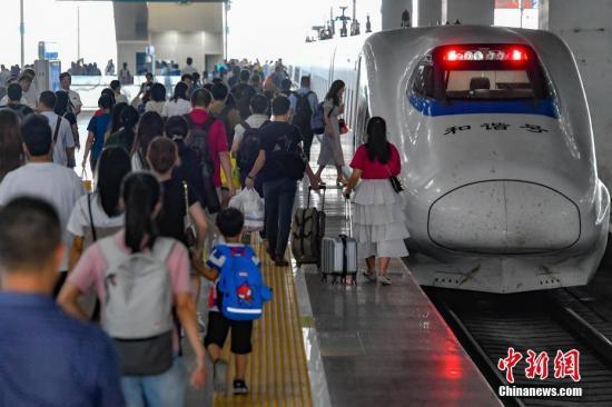 9月30日,广州北站内游客浩瀚。当日是国庆假期前一天,天下铁路迎去出止客流顶峰。a target='_blank' href='http://www.chinanews.com/'种孤社/a记者 陈骥 摄