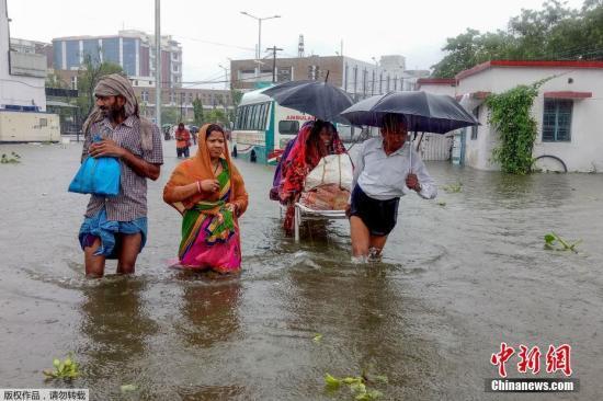 当地时间9月28日,印度巴特那,当地最大的医院纳兰达医学院被淹,病房进水。近日,印度比哈尔邦和北方邦多地降雨量超过常年平均水平,引发洪涝灾害。