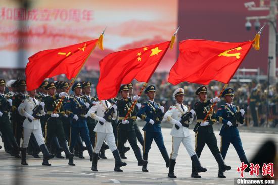 10月1日上午,庆祝中华人民共和国成立70周年大会在北京天安门广场隆重举行。图为三军仪仗队经过观礼台。中新社记者 富田 摄