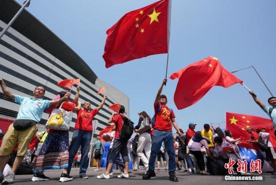 """10月1日国庆节,众多香港市民挥舞五星红旗来到金紫荆广场,欢庆国庆节,庆祝祖国70岁华诞。一路上他们高喊""""中国加油""""、""""祖国万岁""""、""""生日快乐""""等口号,并高唱国歌和《歌唱祖国》等爱国歌曲。新闻网记者 张炜 摄"""